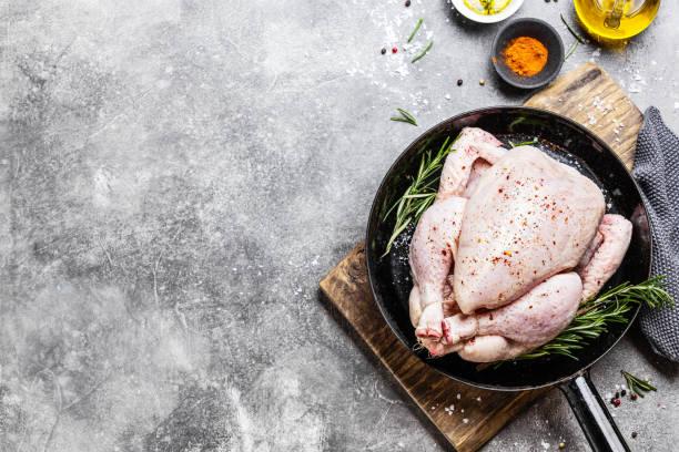 rauwe hele kip klaar voor het koken - geheel stockfoto's en -beelden