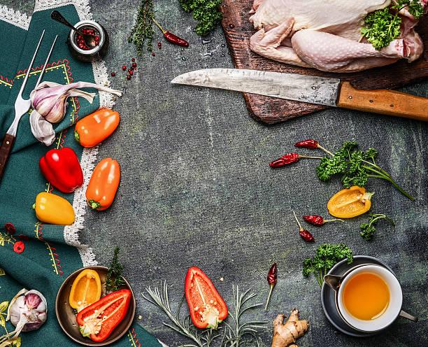 raw ganzes huhn mit zutaten zum kochen auf rustikalen hintergrund - chefkoch auflauf stock-fotos und bilder