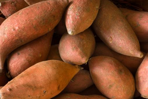 Surowe Ignamy Słodkie Ziemniaki Całe Świeże Zdrowe Warzywo Korzeniowe - zdjęcia stockowe i więcej obrazów Bez ludzi