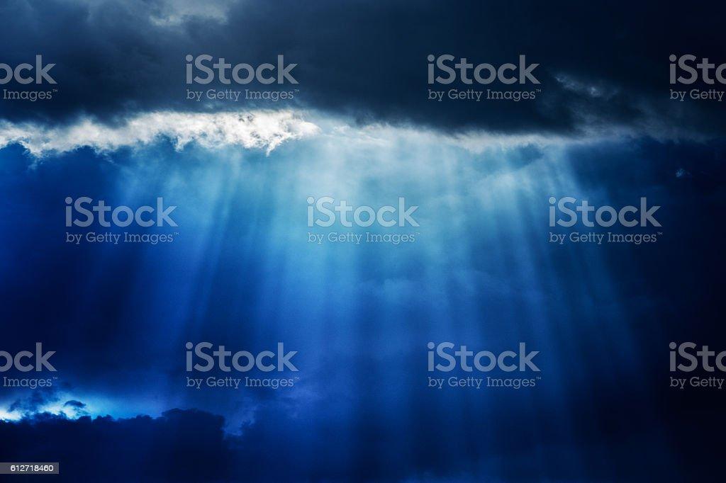 Ray of sunlight pierce a cloud - foto de acervo