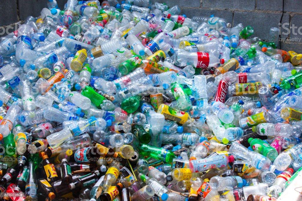 Rayong, Thaïlande-octobre 2,2017: Gros plan vue bouteilles en plastique de différentes boissons dans l'yard d'une entreprise spécialisée dans les traitements écologiques. Gros tas de bouteilles en plastique et de conteneurs pour le recyclage. - Photo