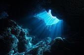 水中洞窟に日光の光線