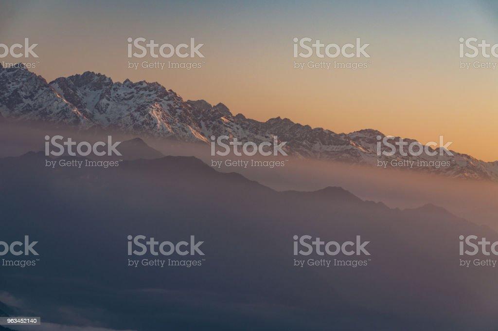 Işınları günbatımı güneşli bir günde - Çin, sichuan dağlar başında - Royalty-free Akşam karanlığı Stok görsel