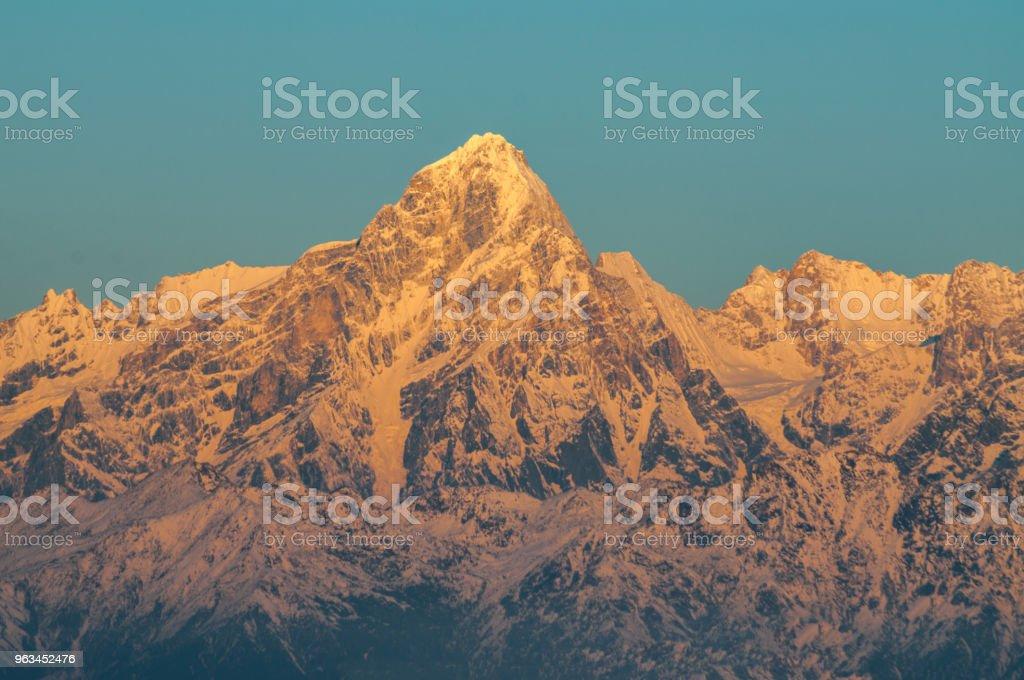 Rayons du soleil couchant sur les sommets des montagnes, sur une journée ensoleillée - Chine, sichuan - Photo de Beauté de la nature libre de droits