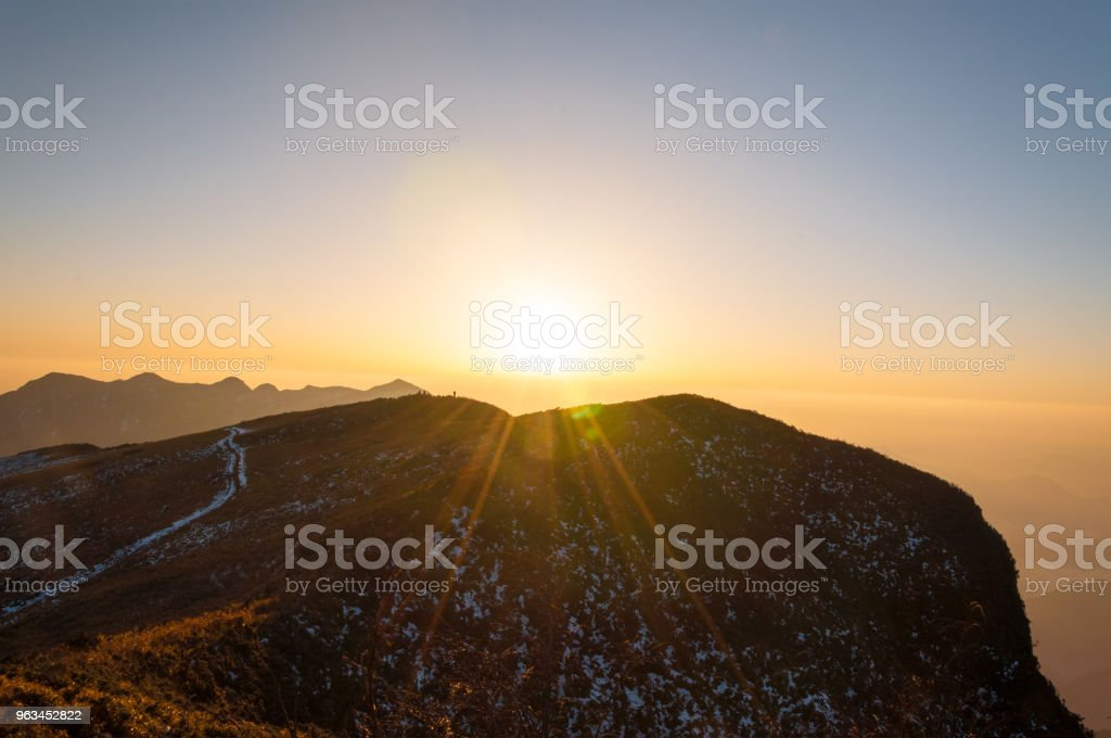 Rays of sunset on the tops of the mountains on a sunny day - China,sichuan - Zbiór zdjęć royalty-free (Bez ludzi)