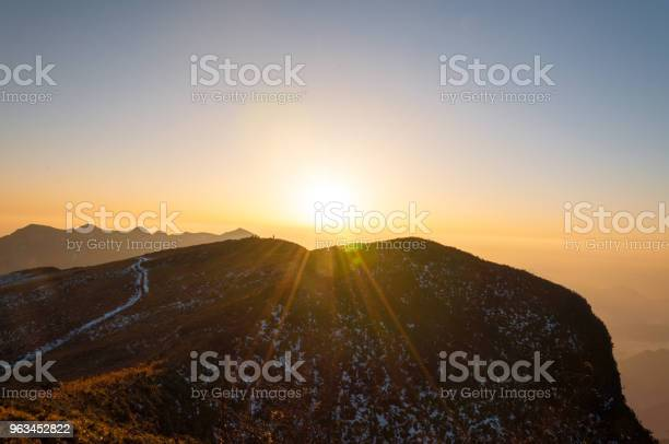 Promienie Słońca Na Szczytach Gór W Słoneczny Dzień Chiny Syczuan - zdjęcia stockowe i więcej obrazów Bez ludzi