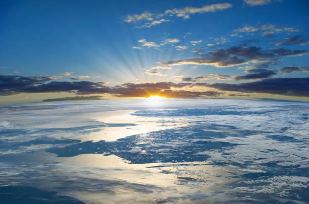 strålar av den uppgående solen över planetjorden.  delar av denna bild från nasa - earth from space bildbanksfoton och bilder