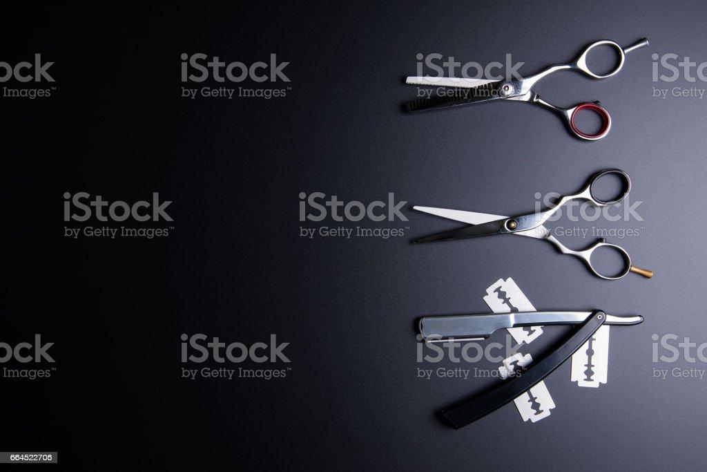 e997d86a7 Corte de cabelo de navalha, tesoura de barbeiro profissional elegante,  sobre fundo preto.