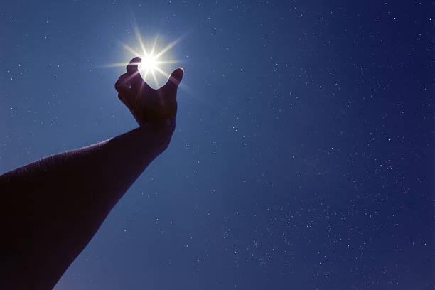 星空に手を - 握る ストックフォトと画像