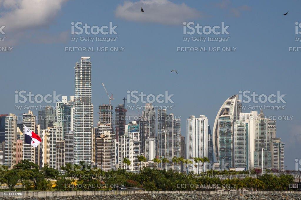 Atingindo já mais alto - do Panamá edifícios highrise e gaivotas - foto de acervo