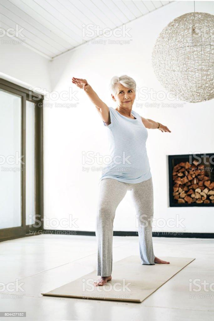 향상 된 건강, 한 번에 하나의 스트레치에 도달 - 로열티 프리 70-79세 스톡 사진