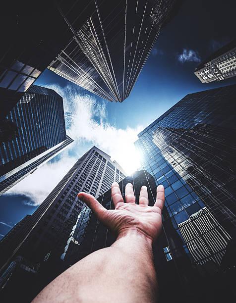 reaching the sky in new york - zukunftswünsche stock-fotos und bilder