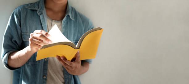 Ein Buch zu lesen. Bildung, lernen lesen-Konzept. – Foto
