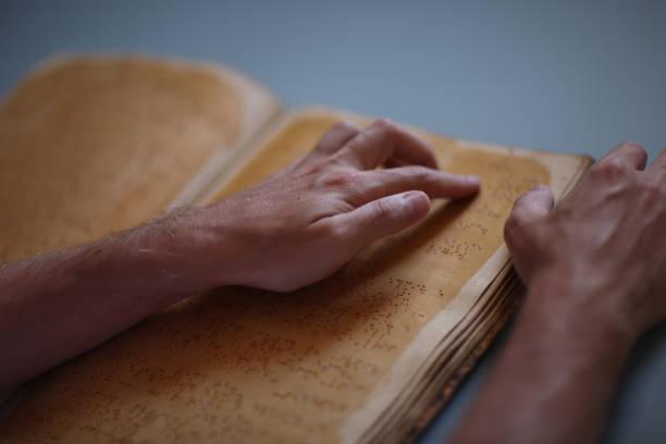 Ein Buch in Braille lesen – Foto