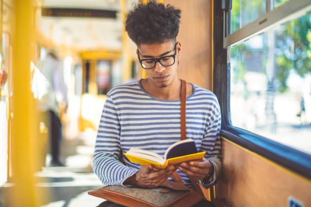 Ein Buch lesen – Foto