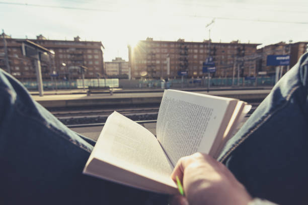 Reading a book while waiting for the train. Personal perspective – Foto