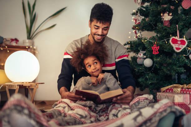 lesen ein märchen - geschenke eltern weihnachten stock-fotos und bilder