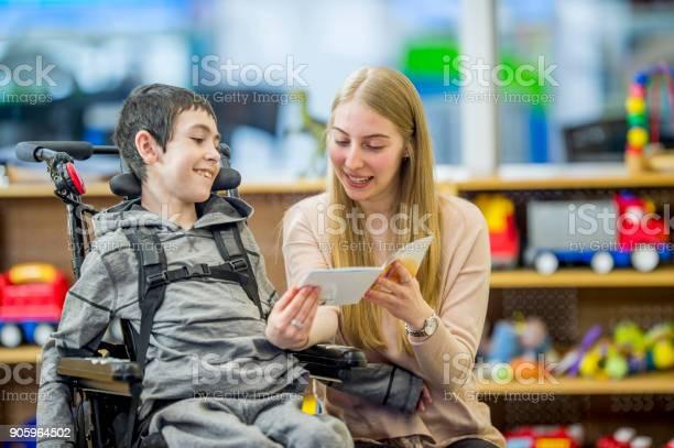Reading A Story - Fotografias de stock e mais imagens de 14-15 Anos