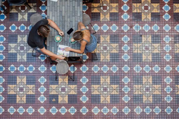 lesen sie einen sydney reiseführer - städtetrip stock-fotos und bilder