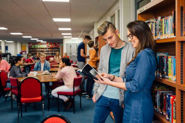 lecture à l'école - langue anglaise photos et images de collection