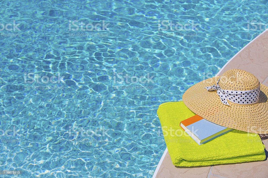 Lectura junto a la piscina foto de stock libre de derechos