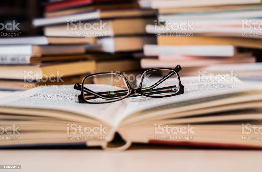 Lunettes de lecture d'un livre. photo libre de droits