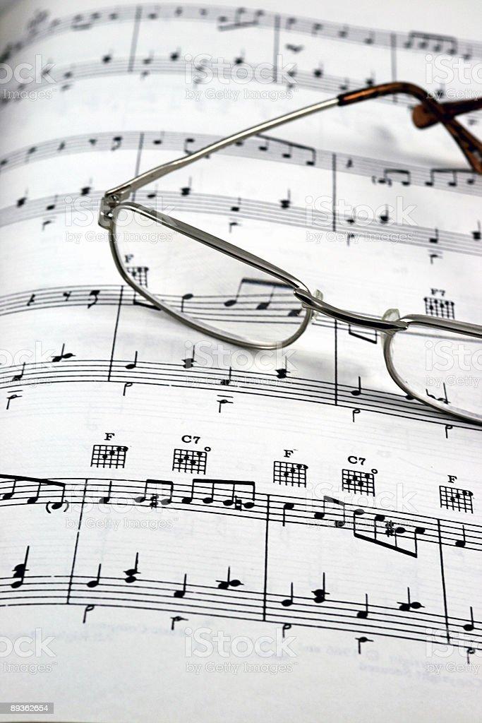 Gafas de leer en hoja de partitura vertical foto de stock libre de derechos