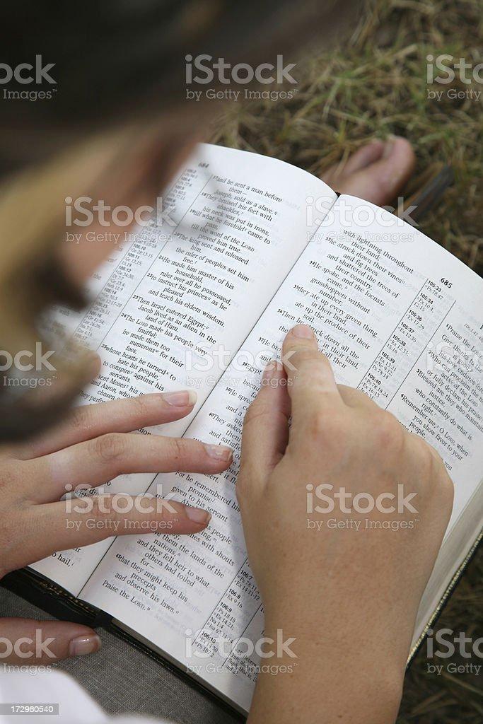 Lectura su Biblia - foto de stock