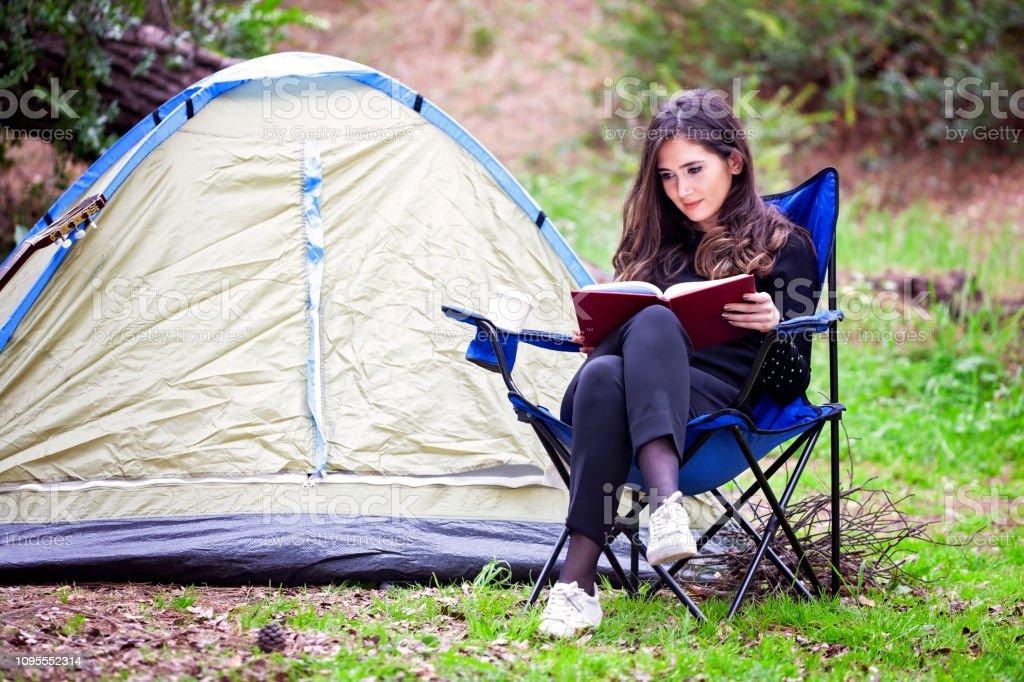 Doğada okuma. stok fotoğrafı