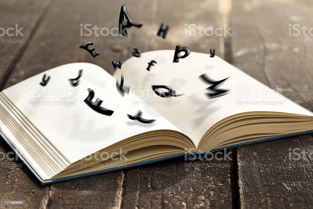 Lectura en la naturaleza - foto de stock