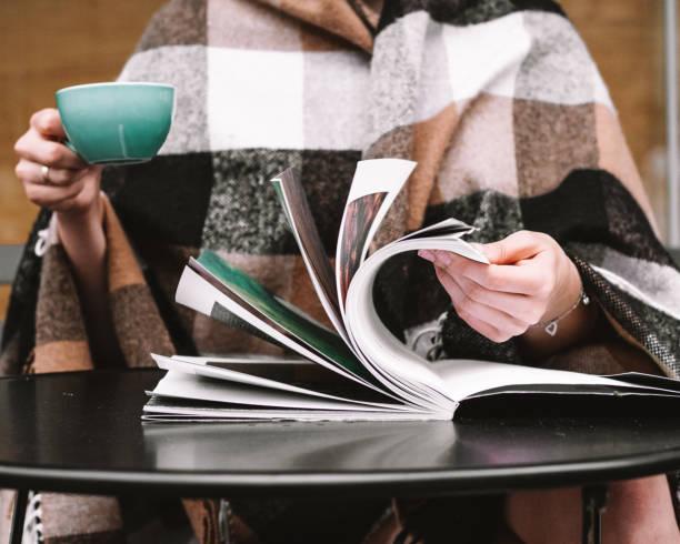 lees magazine en koffie drinken - woman home magazine stockfoto's en -beelden