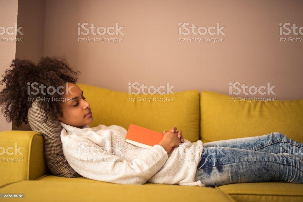 Lezing maakt haar slaperig - Royalty-free Afro-Amerikaanse etniciteit Stockfoto