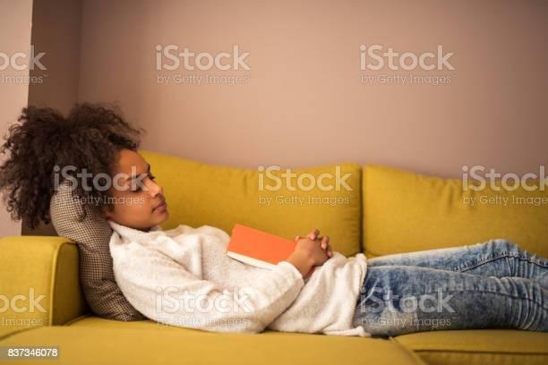 Lezing Maakt Haar Slaperig Stockfoto en meer beelden van Afro-Amerikaanse etniciteit