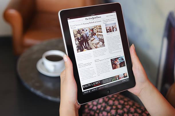 czytanie wiadomości na ipad firmy apple - ipad zdjęcia i obrazy z banku zdjęć