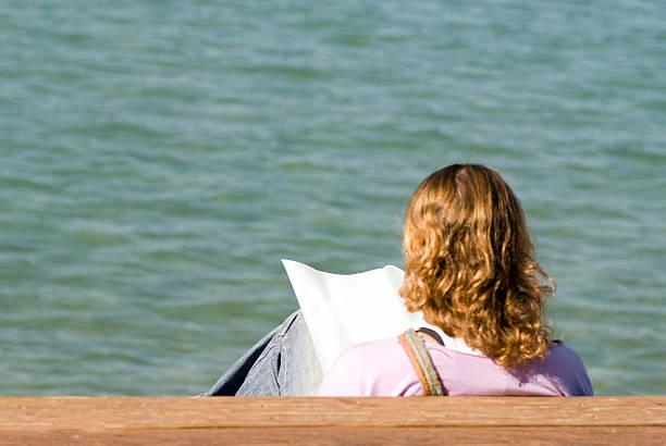 reading  newspaper - newspaper beach stockfoto's en -beelden
