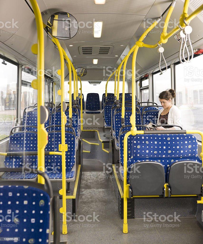 Lectura en el autobús - foto de stock