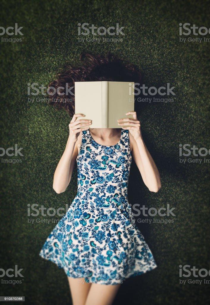 Leitura ao ar livre - foto de acervo