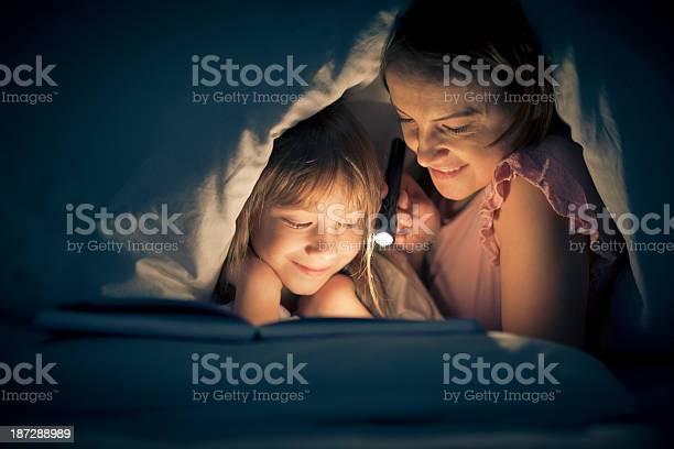 Reading Vergangenheit Schlafenszeit Stockfoto und mehr Bilder von 6-7 Jahre