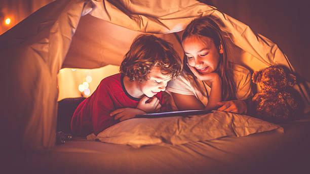 reading vergangenheit schlafenszeit - deckenleuchte kinderzimmer stock-fotos und bilder