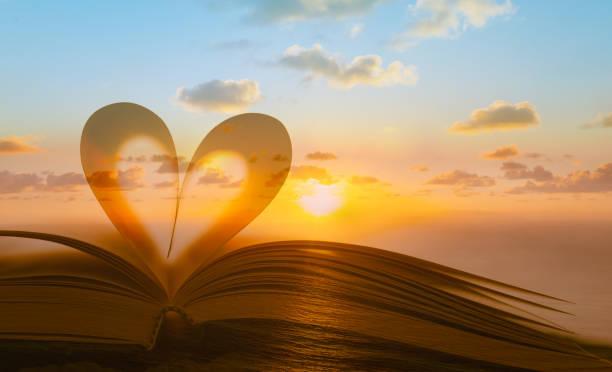 lesung, religion, liebe konzept - geschenk zur taufe stock-fotos und bilder