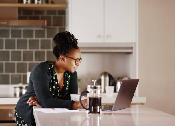 Lesen einiger wichtiger E-Mails in der Küche – Foto