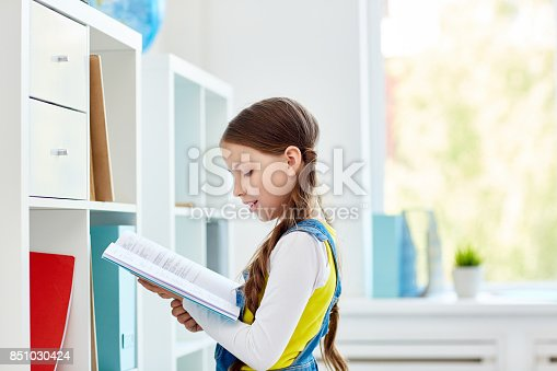 istock Reading textbook 851030424