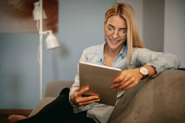 線上閱讀最新新聞 - 僅年輕女人 個照片及圖片檔