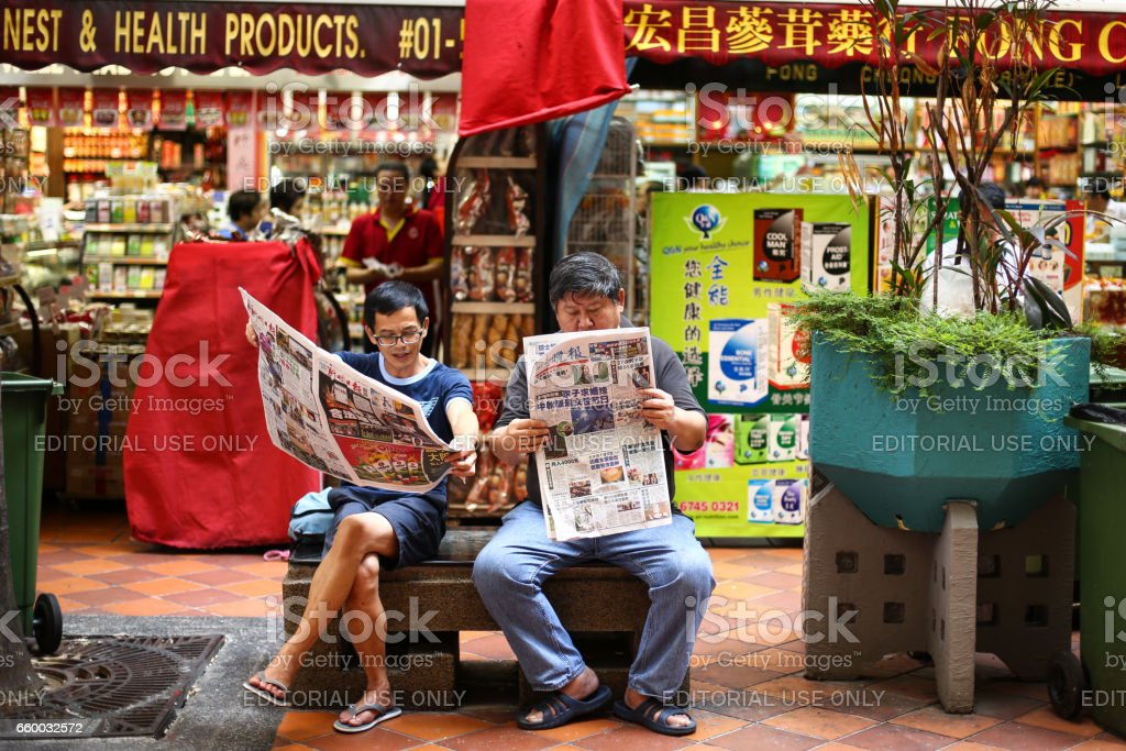 Lesen der Zeitung – Foto