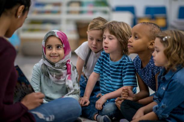 lesung der klasse - geschichten für kinder stock-fotos und bilder