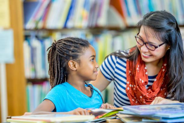 lezing samen in de bibliotheek - 6 7 jaar stockfoto's en -beelden