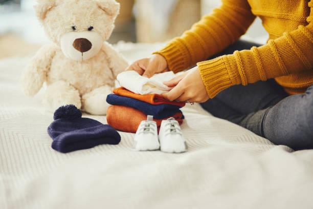 準備ができて、彼が到着するのを待っています - 乳児用衣類 ストックフォトと画像