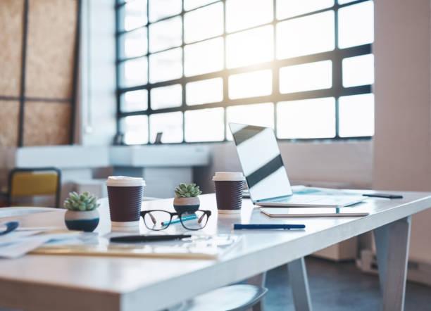 新しいビジネス日の準備 - テーブル 無人 ストックフォトと画像