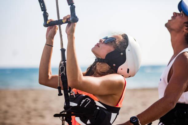 bereit für das kitesurfen! - kitesurfen lernen stock-fotos und bilder