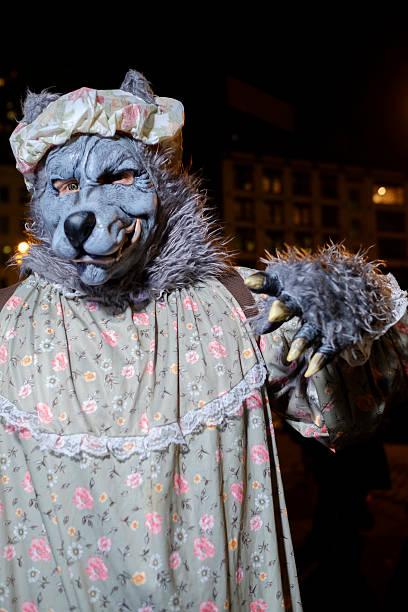 ready for little red riding hood at the halloween parade - rotkäppchen kostüm stock-fotos und bilder